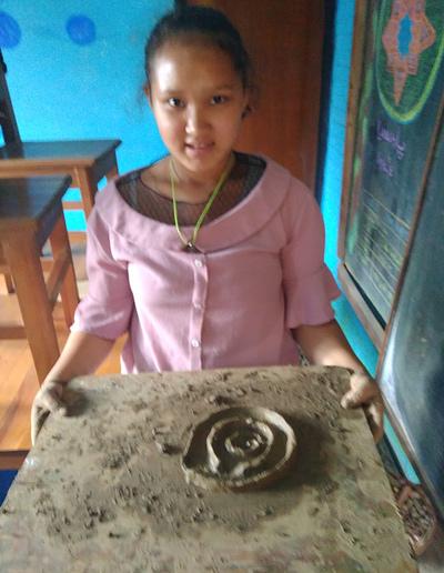 ילדה בנפאל יצרה משחק מבוך עגול