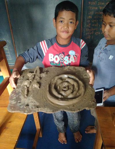 ילד יצר משחק מבוך עגול ולטאה