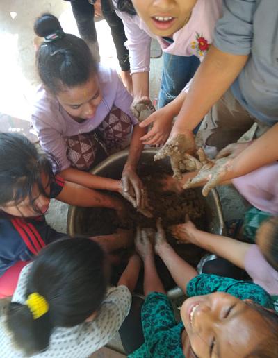 מעגל ילדים סביב הבוץ בנפאל