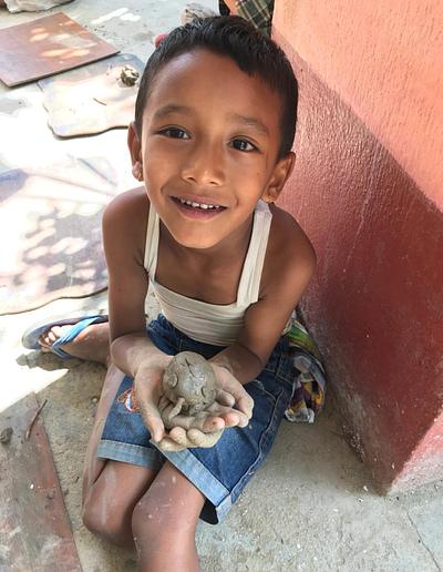 ילד גן בנפאל עם הייצור שלו